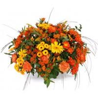 Centro de flores naturales variado tonos naranjas