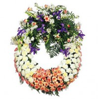 Corona funeral con cabecera destacada de flores
